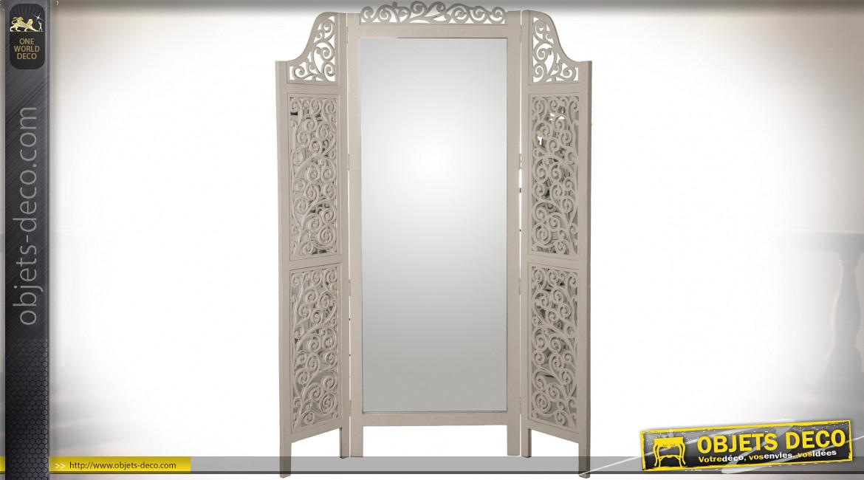Paravent à trois volets en manguier sculpté patine crème et grand miroir central 182 cm