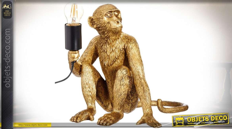Lampe de table en forme de statuette de singe doré portant un flambeau 31 cm