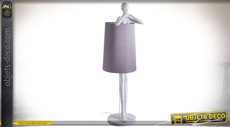 Lampadaire femme stylisée effet statue en plâtre avec grand abat-jour gris 142 cm