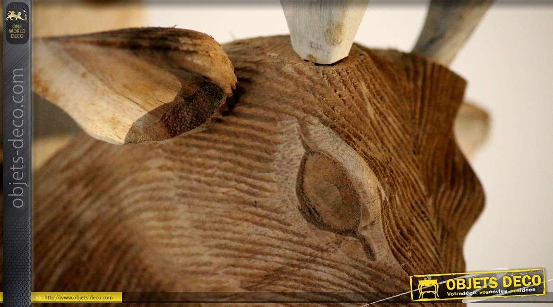 Tête de cerf en forme de trophée sculptée sur bois