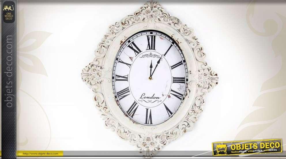 Horloge d\'inspiration baroque en métal patine blanc antique