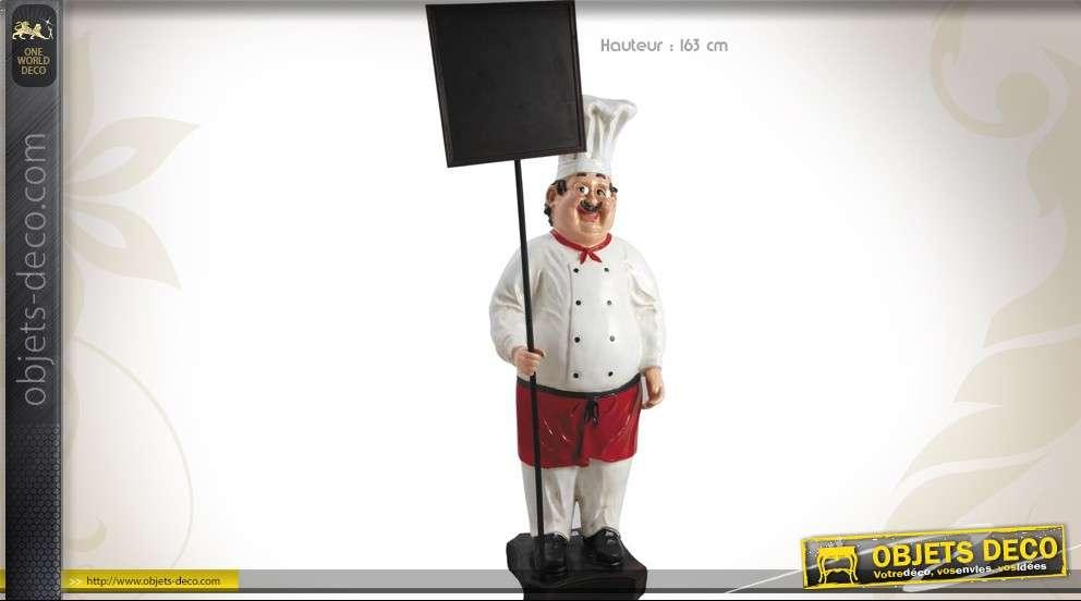 Grand personnage chef cuisinier avec tableau noir pour menu