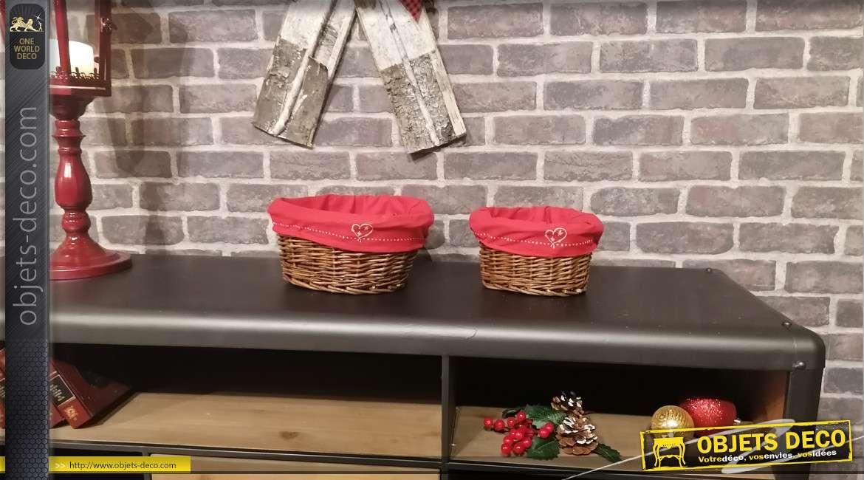 Série de deux corbeilles ovales en osier foncé, doublures en tissus rouge avec broderies de coeurs en facades, 27cm