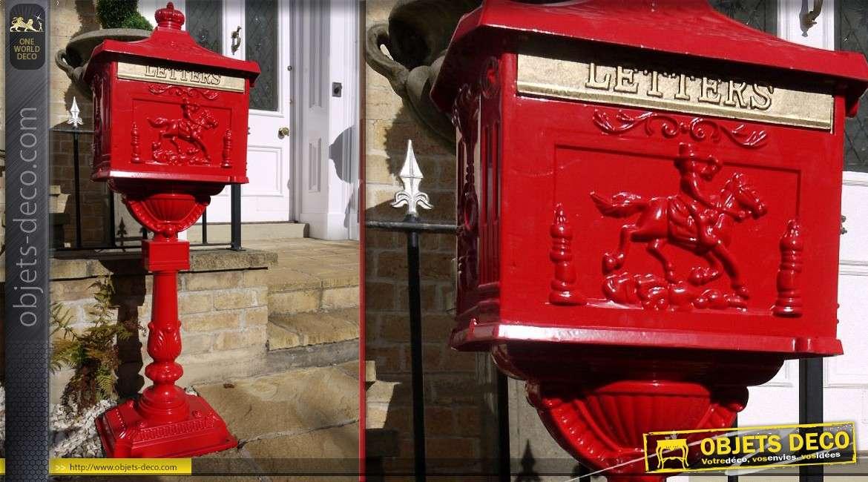 Boîte aux lettres de style anglais sur socle couleur rouge