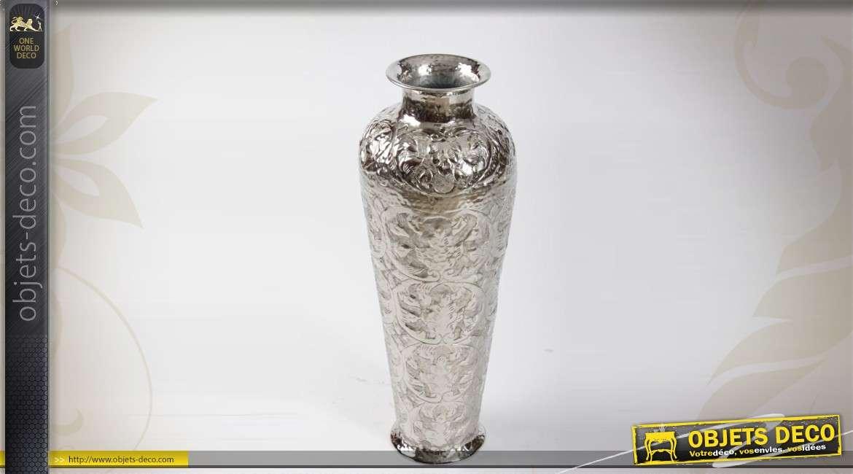 Grand vase en aluminium grav de motifs ethniques for Grand objet deco