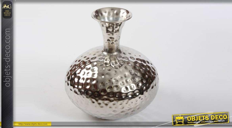 Vase en aluminium argent effet martel for Objet deco argente