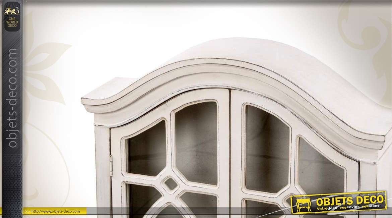 placard mural en bois avec tag re. Black Bedroom Furniture Sets. Home Design Ideas