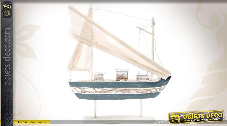 bateau de p che sur socle en bois et tissu d co bord de. Black Bedroom Furniture Sets. Home Design Ideas