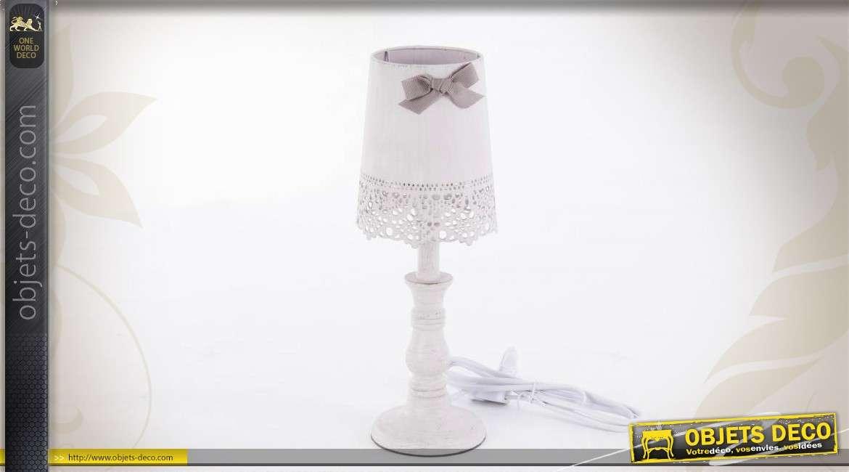 lampe de chevet blanche de style romantique. Black Bedroom Furniture Sets. Home Design Ideas