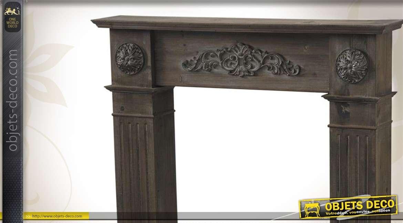 Manteau de cheminée en bois orné de sculptures décoratives