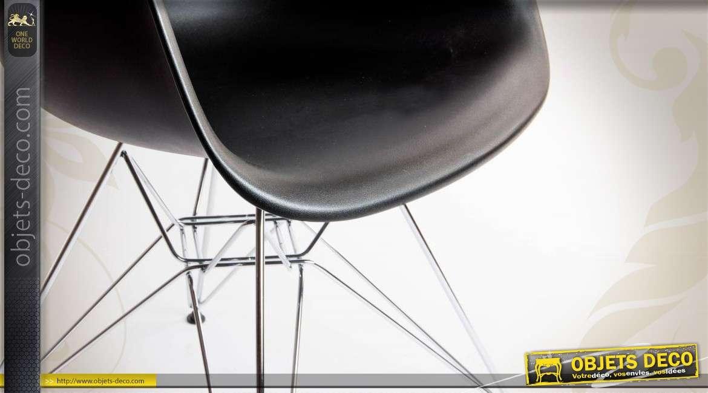 Chaise design coloris noir avec piètement chromé