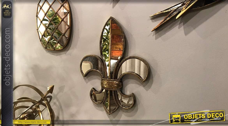 Décoration murale miroitée en forme de grande fleur de lys, esprit royale finition vieux doré, 49 cm