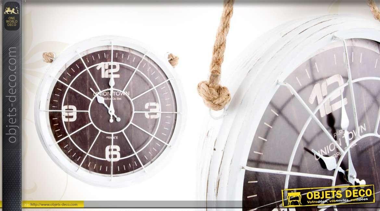 horloge murale en m tal coloris blanc patin avec support en corde. Black Bedroom Furniture Sets. Home Design Ideas