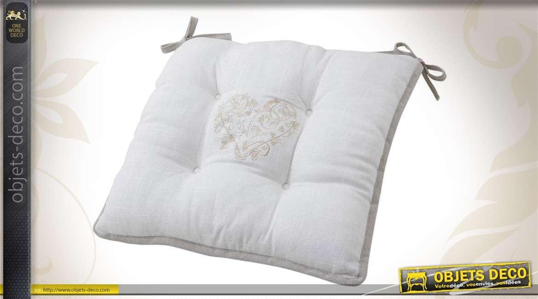 Coussin de chaise de forme carrée en cotin blanc motif coeur