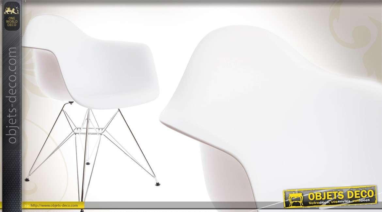 Chaise design coloris blanc avec piètement chromé