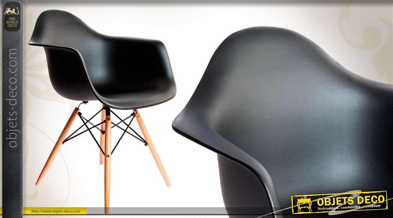 chaise coque coloris noir pi tement bois. Black Bedroom Furniture Sets. Home Design Ideas