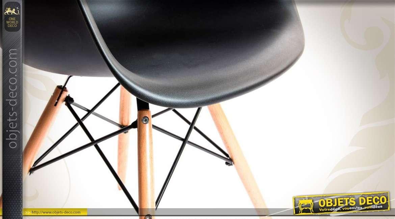 Chaise coque coloris noir piètement bois