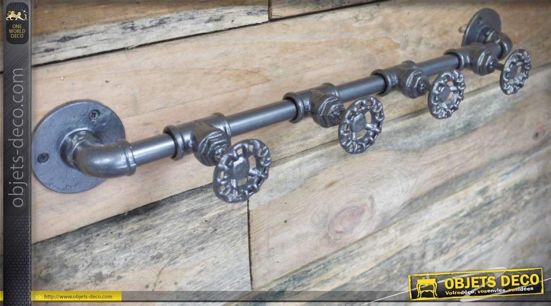 Porte-manteaux en forme de tuyaux de plomberie et  robinets industriels