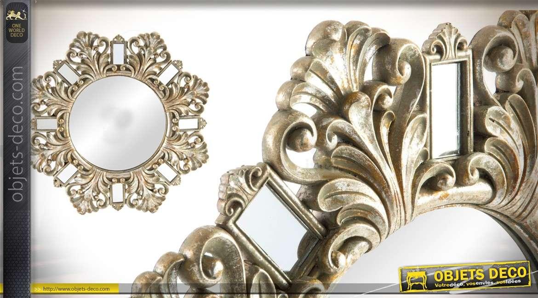 Miroir de 53 cm en résine de style baroque argenté effet vieilli