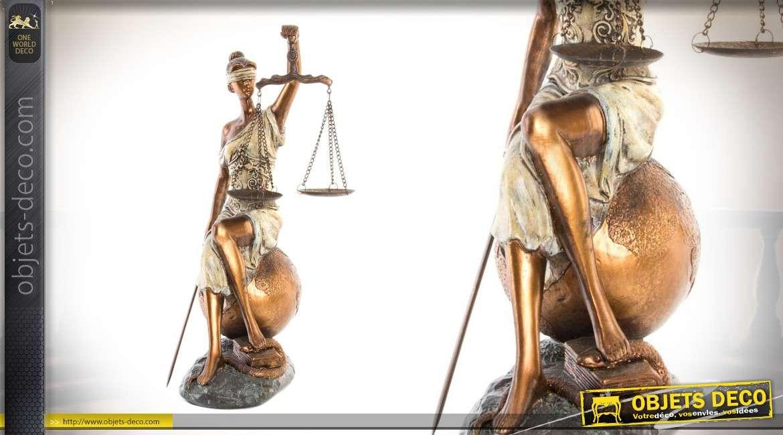 Statuette de Thémis assise sur le monde effet vieilli doré
