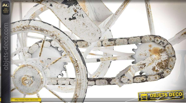Reproduction d'un pousse-pousse en métal patine blanche vieillie 34,5 cm