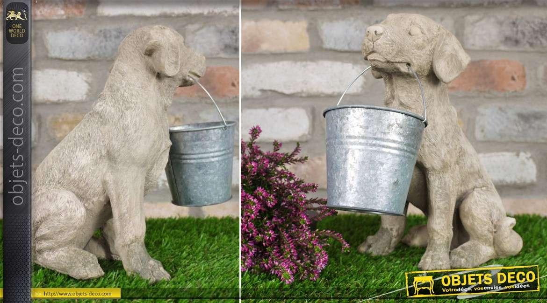 Statuette de chien imitation pierre avec  seau en métal 28 cm