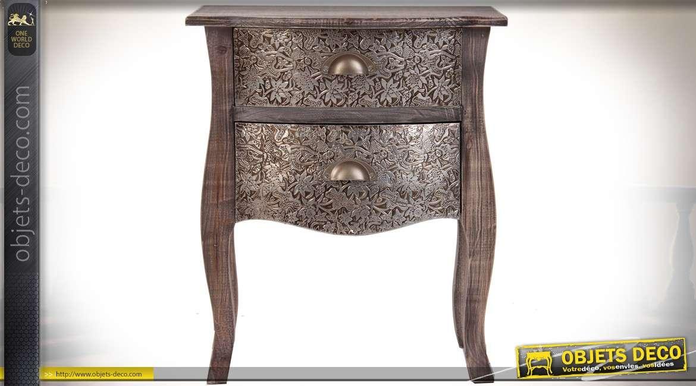 Table de chevet bois oxydé et habillage bas-relief en aluminium repoussé 56 cm