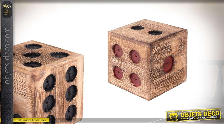 Décoration à poser en bois en forme de dé, finition brute avec chiffres rouges et noirs, 10x10