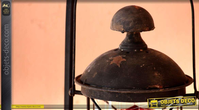 Lanterne ancienne suspendue sur support en fer forgé