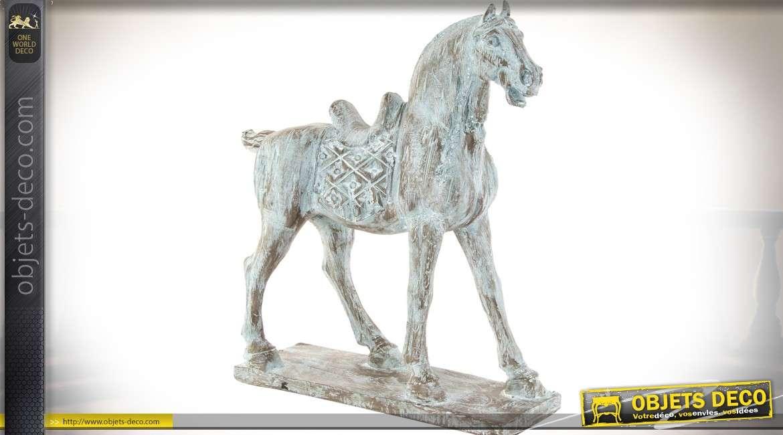 Grande statuette sur socle d'un cheval sellé, imitation bois vieilli et blanchi 54 cm