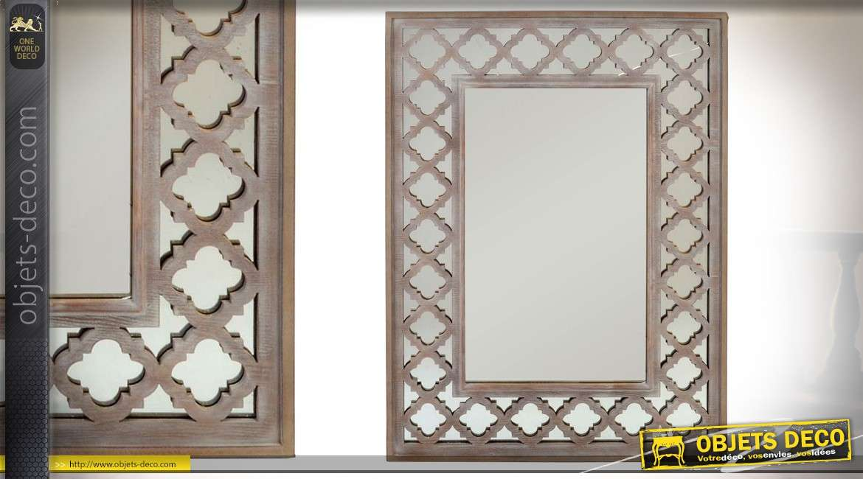 Miroir en bois vieilli avec encadrement ajouré à effet de treillage ancien 112 cm