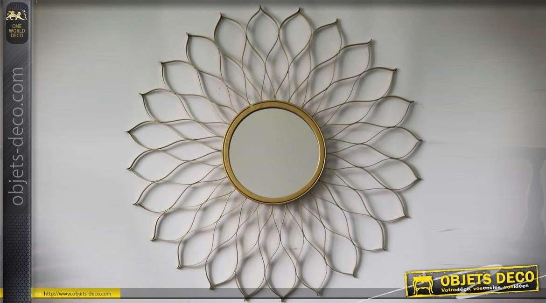 Miroir rond en forme de fleur stylisée à encadrement ajouré en métal doré Ø 60 cm
