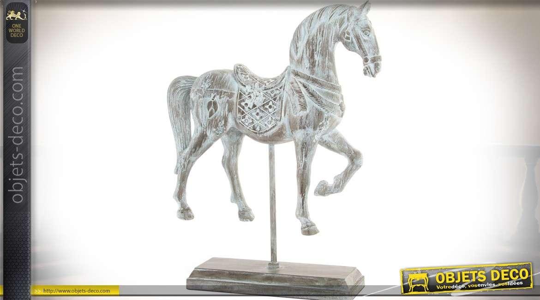 Statuette animalière en résine, sur socle, représentant un cheval harnaché 37 cm