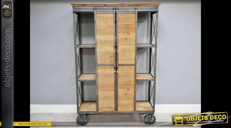 Meuble armoire étagère de style industriel en bois et métal sur roues