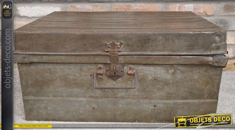Grande malle en métal en provenance d'Inde, finition naturellement usée