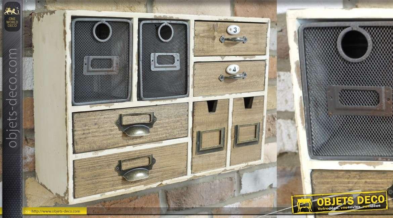 Meuble de rangement mural en bois et touches de métal, esprit vintage brocante