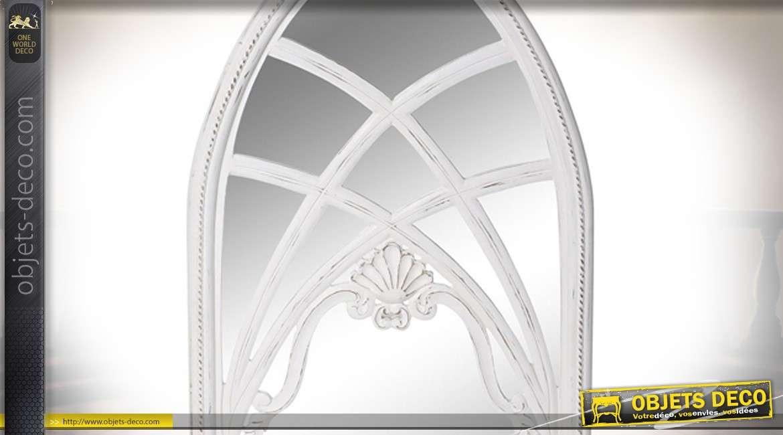 Miroir en bois finitions blanchies anciennes, forme d'ogive esprit fenêtre de cathédrale