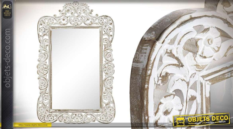 Miroir en bois de manguier aux finitions blanchies, esprit baroque et magnifique fronton 112cm