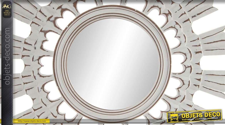 Miroir en bois sculpté, finition blanc antique et traces d'usure, forme ronde 60cm