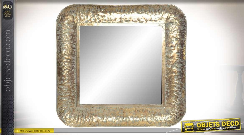 Miroir en métal carré, angles arrondis esprit taule bosselée, finition vieux doré 77cm