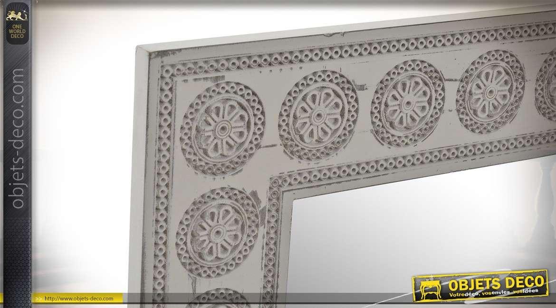 Miroir en bois, finition grise/taupe esprit vieilli, formes de cercles sur l'encadrement 76cm