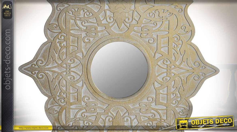 Décoration murale en bois avec miroir central, finition blanc et vieux doré, esprit indien, 55cm