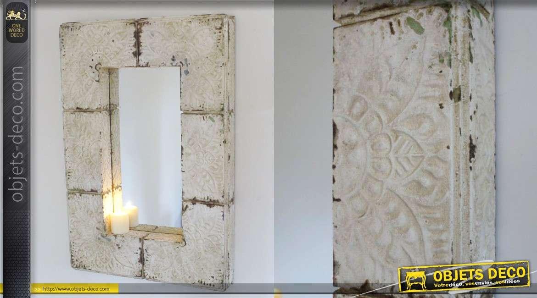 Grand miroir en bois finition blanc ancien, esprit soudures et rivets, 95cm de haut