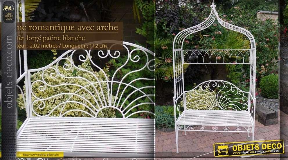 Banc de jardin blanc sous arche en accolade