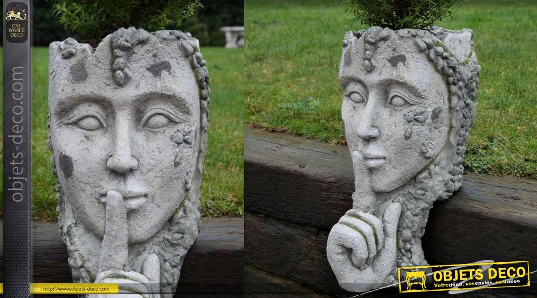Cache pot en simili pierre forme de visage et main devant la bouche, 46cm de hauteur finale