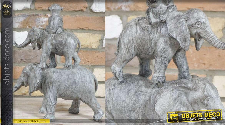 Statuette d'éléphants surperposés et singe, en résine finition gris usé, 36cm de hauteur finale