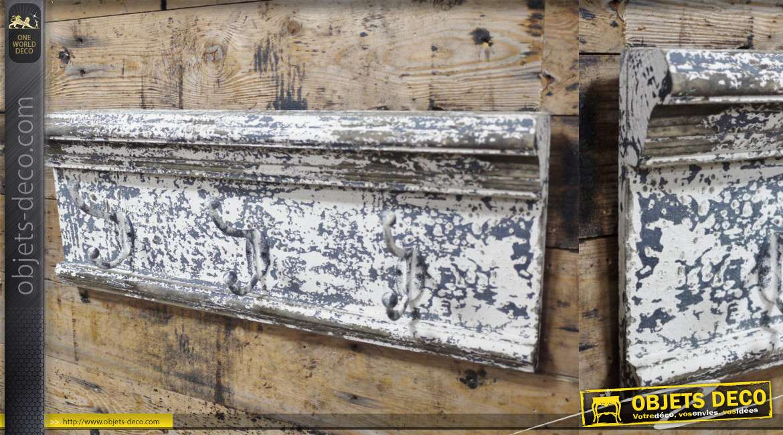 Support en bois vieilli avec trois crochets doublés en métal, aspect écaillé gris et blanc