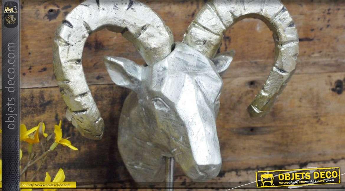 Trophée en résine monté sur socle en bois rustique, Le Bélier finition argent ancien, 46cm