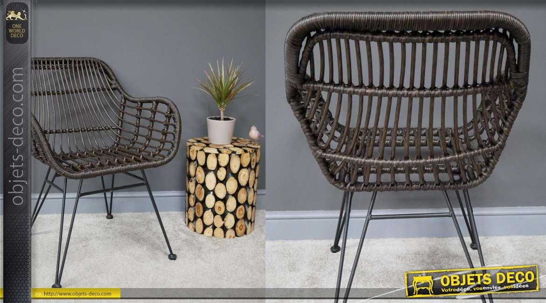 Fauteuil de jardin style rotin foncé, pieds métal noir et accoudoirs montants, 83cm