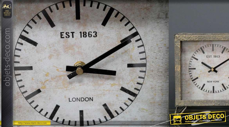 Horloge à poser en métal, trois cadrans finition oxydé patiné gris et reflets dorés
